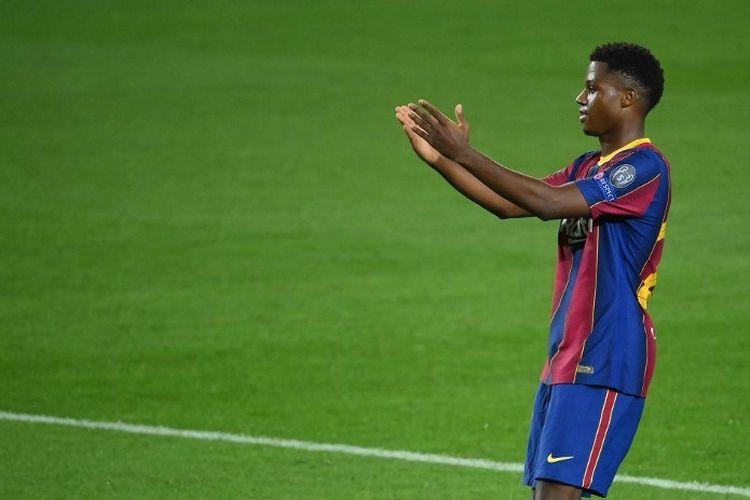 Penyerang Barcelona, Ansu Fati, merayakan golnya seusai mencetak gol dalam pertandingan Liga Champions melawan Ferencvarosi di Camp Nou, Selasa (20/10/2020).