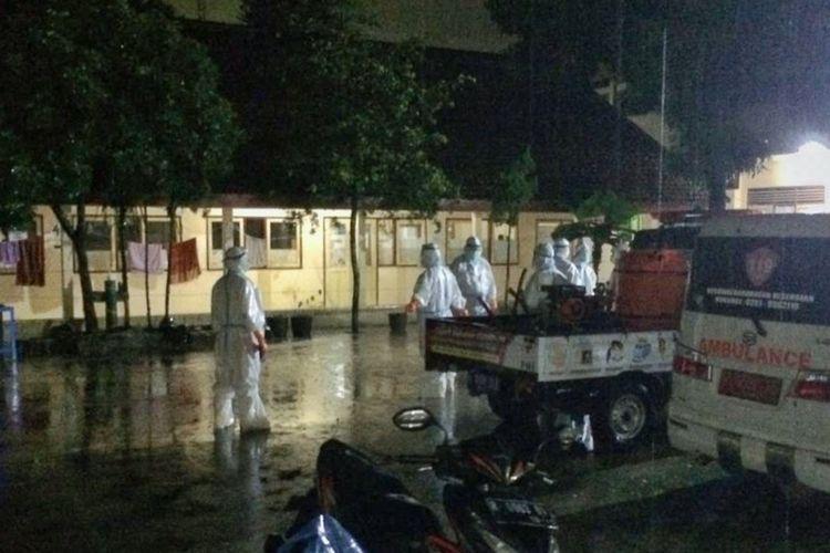 Petugas PMI menggunakan alat pelindung diri (APD) datang ke ruang isolasi darurat pasien covid-19 di gedung bekas SMPN 3 Purbalingga yang terendam air, Rabu (2/12/2020).