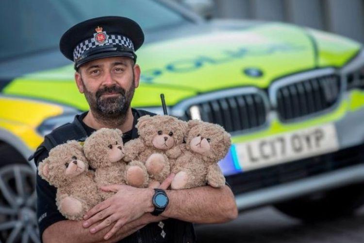 Komisaris Polisi Manchester Matt Picton menunjukkan boneka beruang yang kini selalu menemaninya saat berpatroli.