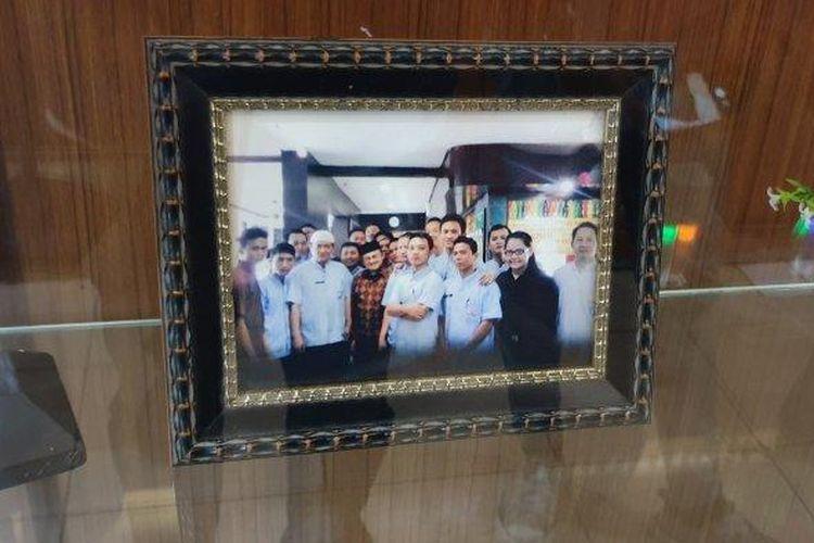 Salah satu foto Presiden ke-3 RI BJ. Habibie yang ada terpajang di sebuah etalase kaca di Restoran Padang Sari Bundo, Gambir, Jakarta Pusat, Rabu (24/4/2019).