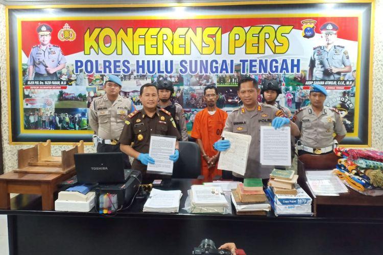 Kapolres Hulu Sungai Tengah (HST) AKBP Sabana Atmojo menggelar konferensi pers kasus penistaan agama di Mapolres HST, Selasa (3/12/2019).
