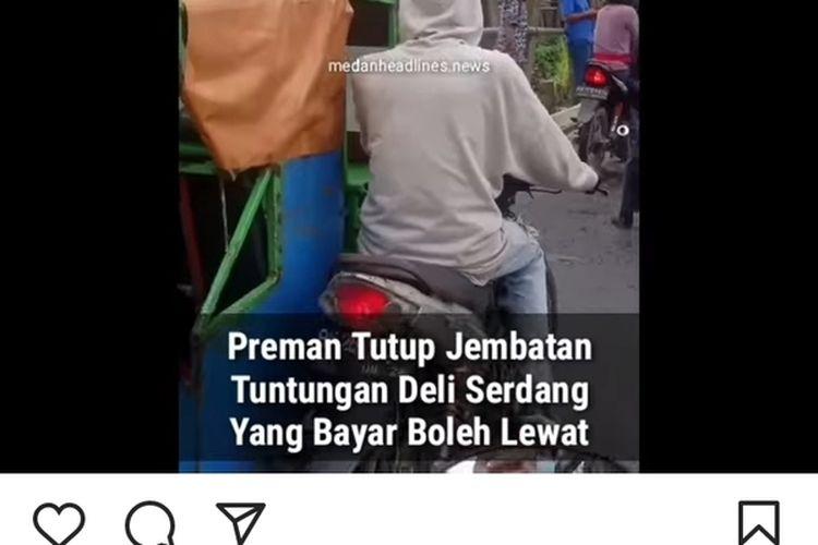 Tangkapan layar unggahan video di akun @medanheadlines.news memperlihatkan aksi pungutan liar di jembatan Tuntungan. Videonya viral di media sosial. Seorang pelaku ditangkap Polsek Pancur Batu.