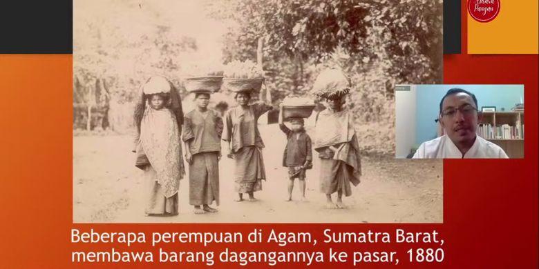 Foto perempuan di Agam, Sumatera Barat, membawa dagangannya ke pasar pada 1880