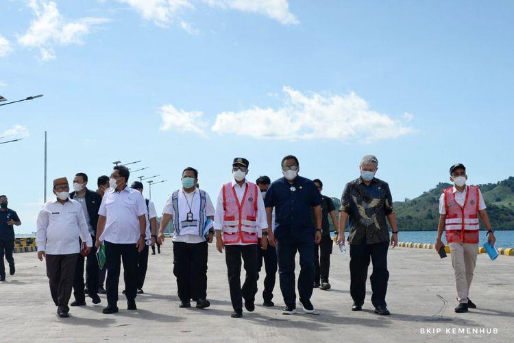 Menteri Perhubungan dan sejumlah pejabat saat meninjau Pelabuhan Anggrek di Kabupaten Gorontalo Utara.