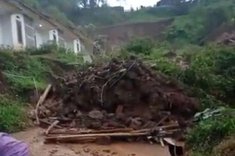 Longsor menimbun 14 rumah di Cimanggung, Sumedang, Jawa Barat, Sabtu (9/1/2021). Ada 12 jiwa yang diduga tertimbun material longsor. Dok BPBD Sumedang/KOMPAS.com
