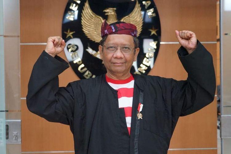 Menteri Koordinator Bidang Politik, Hukum, dan Keamanan (Menko Polhukam) Mahfud MD mengikuti upacara perayaan kemerdekaan ke-75 Republik Indonesia di Istana dengan mengenakan baju Sakera.
