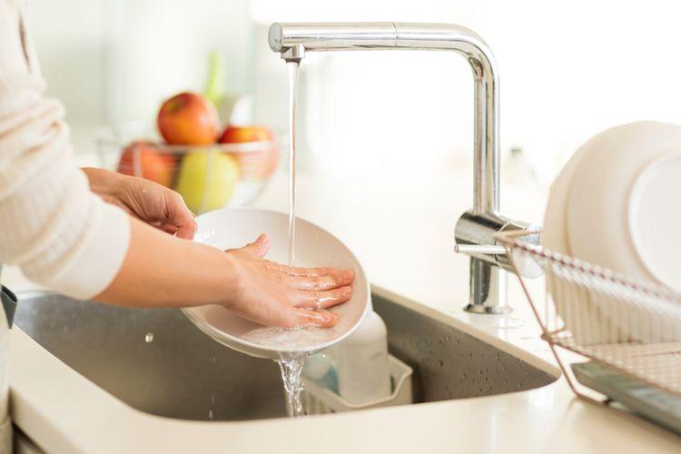 Ilustrasi mencuci piring, wastafel dapur.