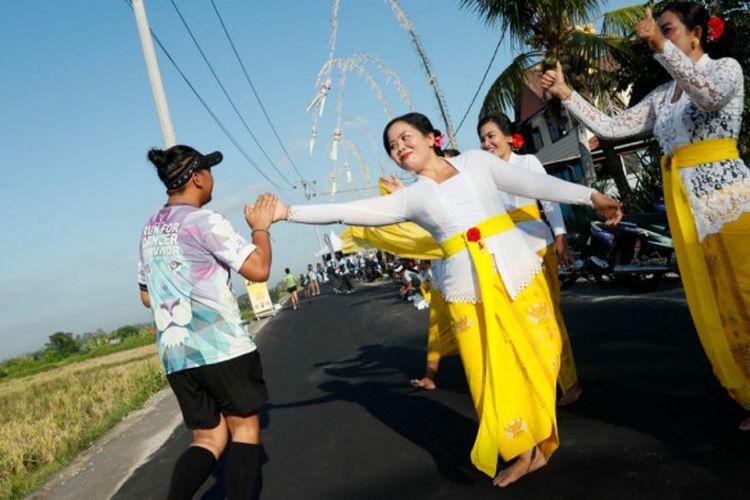 Penari yang membawakan Tari Rejang Renteng di Desa Banjarakan menyapa peserta Maybank Bali Marathon 2018 yang digelar pada Minggu (9/9/2018).