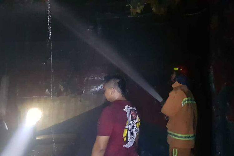 Petugas Damkar memadamkan api yang melalap sebuah tempat karaoke di jalan raya Sampang - Buntu KM 5, Desa Karangjati, Kecamatan Sampang, Kabupaten Cilacap, Jawa Tengah, Kamis (19/8/2021) dini hari.