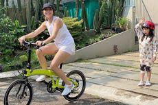 Ikut Tren Bersepeda, Gisel Pilih Sepeda Ecosmo Z9 Neon