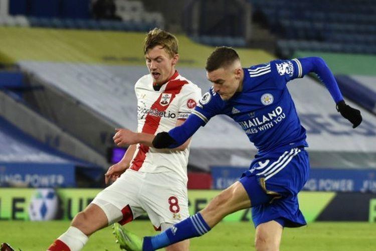 Penyerang Leicester City, Jamie Vardy (kanan), berduel dengan gelandang Southampton, James Ward-Prowse (kiri) pada laga lanjutan pekan ke-19 Liga Inggris di Stadion King Power, Minggu (17/1/2021) dini hari WIB.
