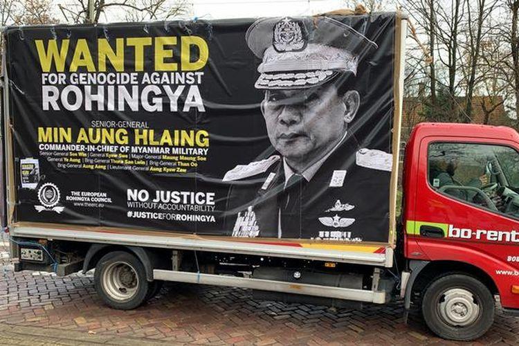 Aks protes terhadap para pemimpin Myanmar di depan Mahkamah Internasional di Den Haag, Belanda.