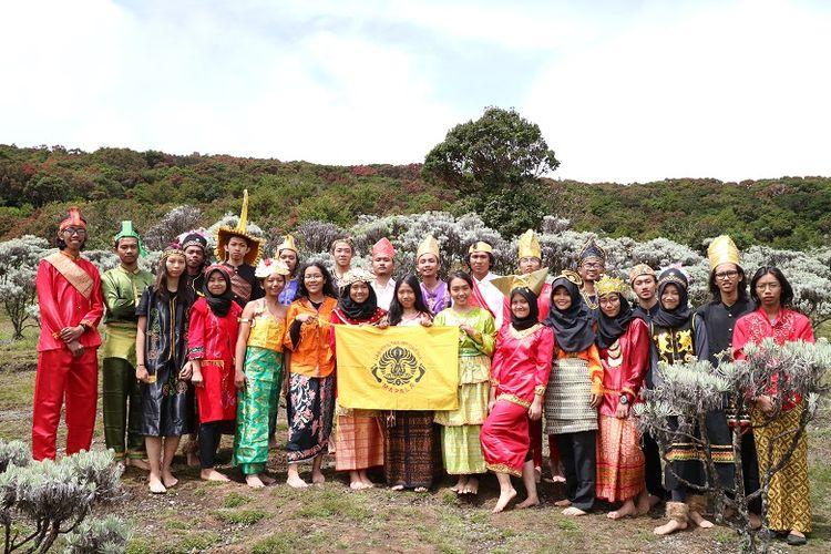Calon anggota Mapala UI menggunakan baju daerah di Lembah Mandalawangi Gunung Pangrango, Jawa Barat.