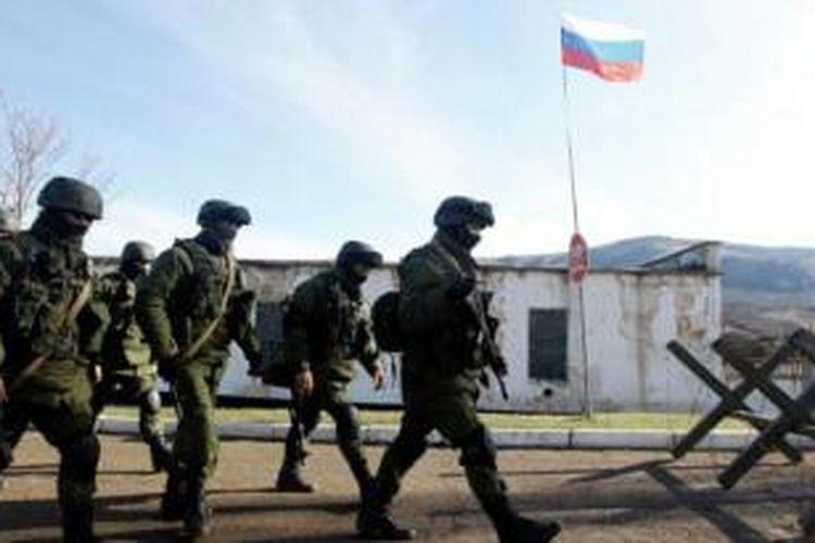 Sekelompok orang bersenjata yang diyakini pasukan Rusia terlihat berbaris di luar sebuah basis militer Ukraina di Semenanjung Crimea.