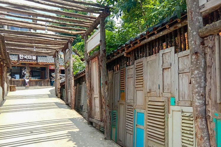 Dekorasi ini merupakan salah satu yang paling populer. Sebab, lokasinya terletak tepat di dekat pintu masuk area Great Asia Afrika, Bandung, Jumat (17/1/2020).