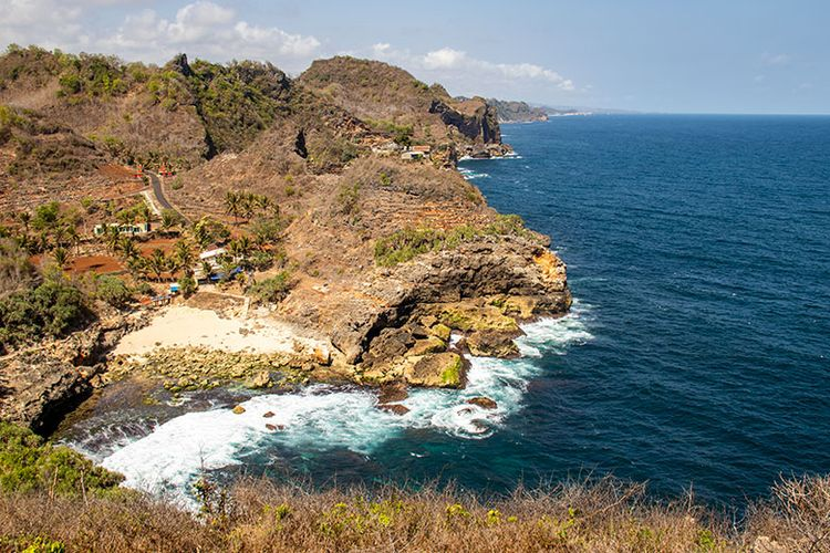 Pantai Sembukan dan pesisir selatan dilihat dari bukit karang.