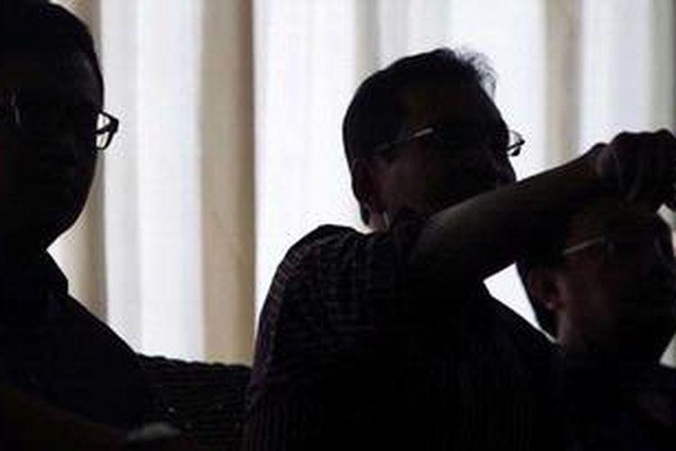 Pengurus DPP Partai Demokrat, Didi Irawadi Syamsuddin (paling kiri), Ulil Abshar Abdalla, dan Rachland Nasidik (kiri ke kanan) menyampaikan sikap DPP di Jakarta, Jumat (15/2/2013). Mereka menyampaikan sikap dukungan pengambilalihan pimpinan partai oleh Ketua Majelis Tinggi partai untuk memulihkan dan membenahi partai.