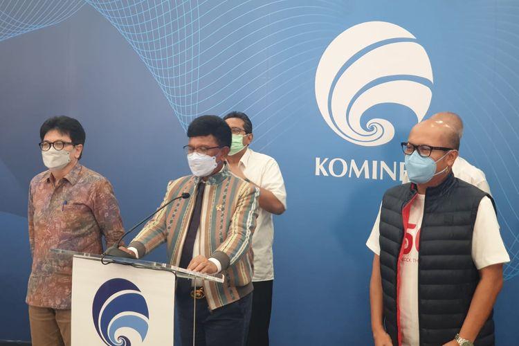 Menkominfo Johnny G. Plate (tengah) bersama Direktur Utama Telkomsel, Setyanto Hantoro (kanan) dalam penyerahan surat keterangan lolos uji layak operasi 5G Telkomsel di kantor Kementerian Kominfo, Senin (24/5/2021).