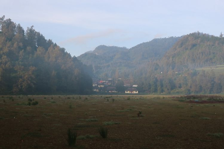 Keindahan Ranu Pane yang ditutupi kabut dan ditumbuhi banyak eceng gondok, Sabtu (7/4/2018).