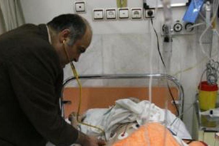 Dr. Ciamak Morsathegh, ketua Komite Yahudi Teheran di Sapir Charity Hospital, yang dimiliki oleh komunitas Yahudi Iran pada 2007