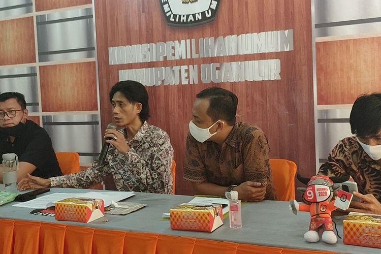 Kuasa hukum KPU Ogan Ilir Mualimin memberi keterangan pers terkait kabar keluarnya keputusan Mahkamah Agung yang ternyata Hoax