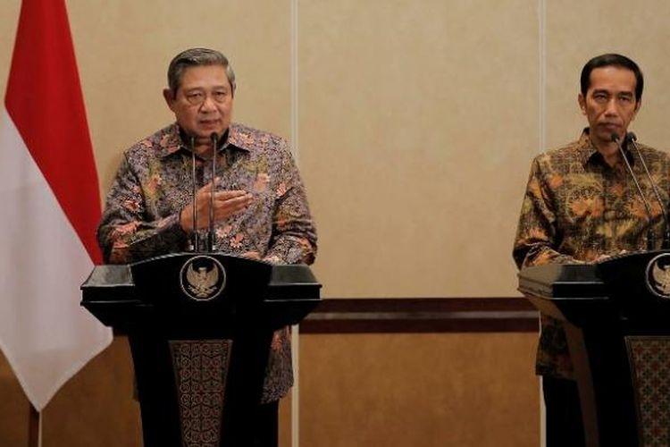 Presiden keenam SBY dan Presiden Joko Widodo memberikan keterangan pers bersama, seusai pertemuan empat mata, di Laguna Resort and Spa, Nusa Dua, Bali, Rabu (27/8) malam