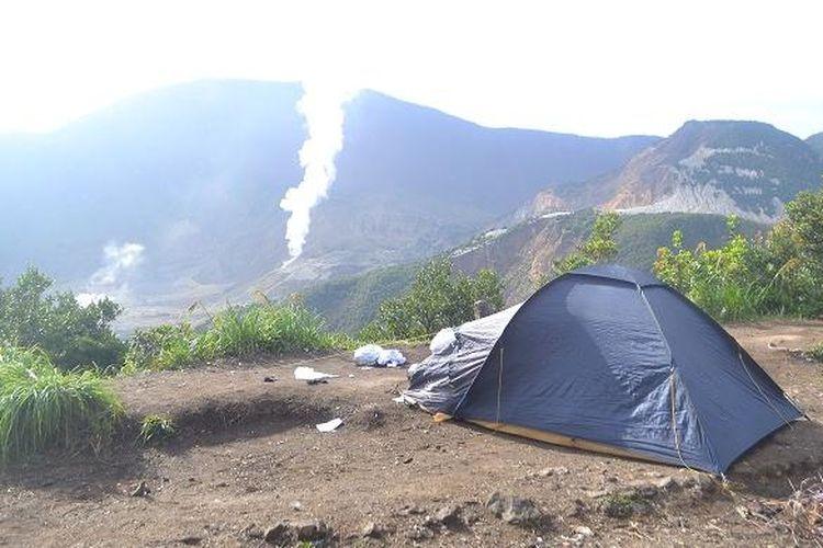 Pendaki berkemah di pinggir igir-igir Pos Pendakian Gunung Papandayan, Garut, Jawa Barat, Minggu (21/2/2016). Dari tempat berkemah, pendaki bisa melihat pemandangan matahari terbit, kawah-kawah Gunung Papandayan serta Hutan Mati dari kejauhan.
