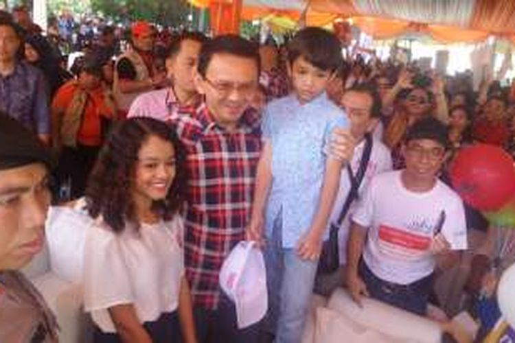 Ahok gendong dua anak Anies Baswedan saat deklarasi kampanye damai di Monas, Sabtu (29/10/2016)