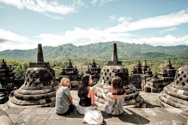 Berwisata di Candi Borobudur. (Foto diambil sebelum pandemi Covid-19).