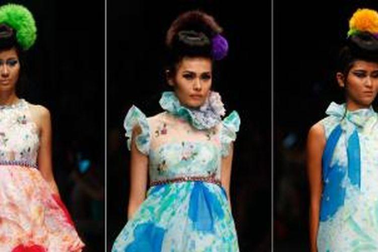 Model memperagakan busana karya Didi Budiardjo dalam Fashion show Dulux Ambience (28/10/2015)