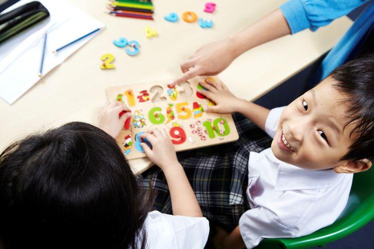 Anak usia dini sebenarnya sudah mampu belajar literasi, minimal membaca dan menghitung.