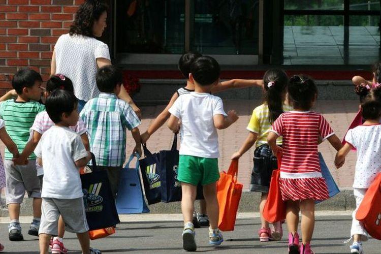 Sekelompok anak menghadiri pusat pemukiman kembali Hanawon.