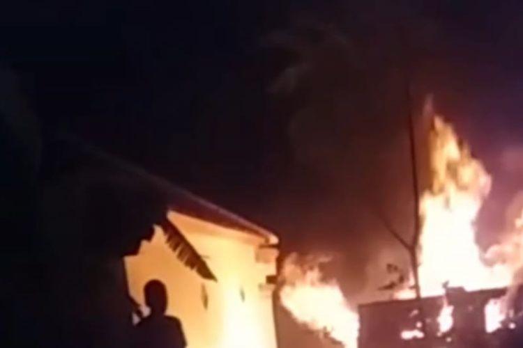Rumah nenek renta Enah (95) di Jamanis Kabupaten Tasikmalaya terbakar bersama dirinya saat terjadi kebakaran, Rabu (13/11/2019) malam.