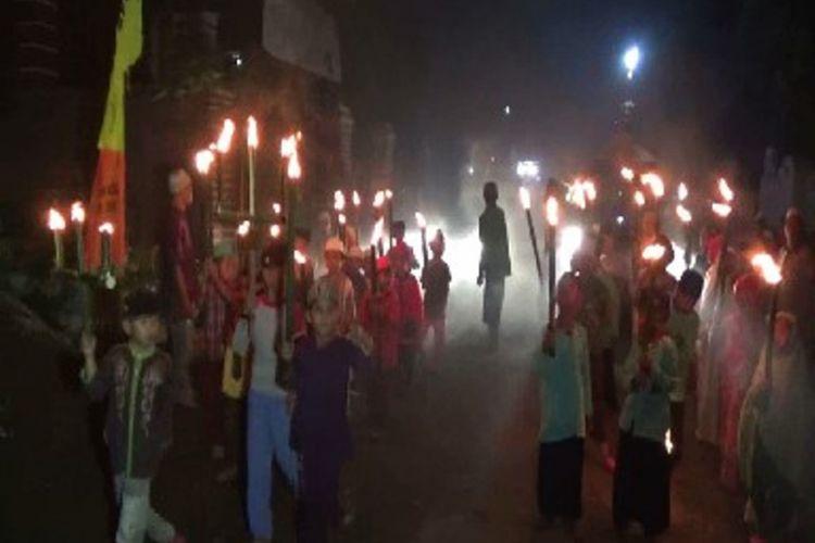 Tradisi sambut Lebaran, yakni pawai obor dan takbir keliling kampung.