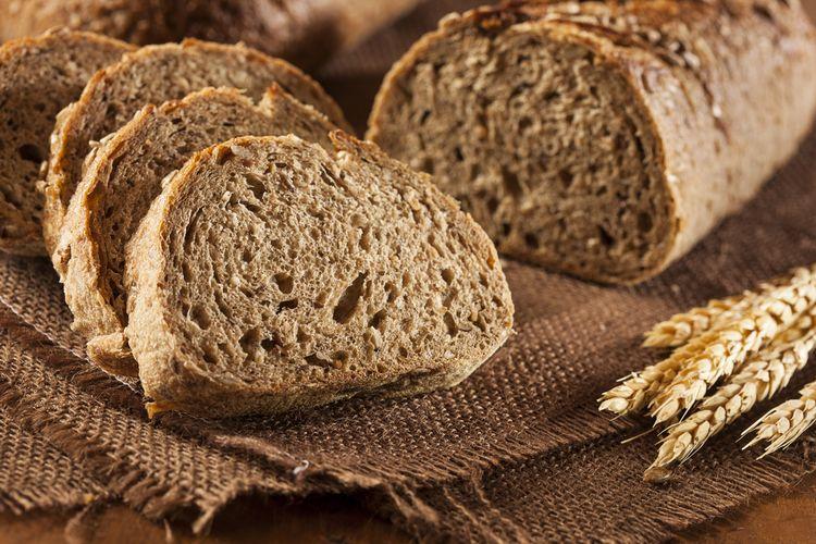 Ilustrasi roti gandum terbuat dari biji gandum utuh.