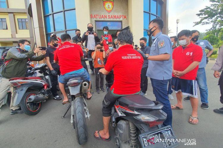 Reka adegan kasus penipuan dengan modus menuduh korban sebagai pelaku penganiayaan di Polres Metro Jakarta Pusat, Jumat (5/2/2021). (ANTARA/Livia Kristianti)