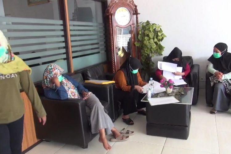5 Bulan Berjuang Melawan Covid di Garis Depan, 13 Perawat Malah Dipecat Karena Alasan Penyegaran
