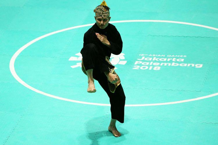 Pesilat andalan Indonesia, Sugianto bertanding pada laga final nomor seni perorangan putra di Padepokan Pencak Silat Taman Mini Indonesia Indah, Jakarta, Rabu (29/8/2018). Ia berhasil menyabet medali emas.