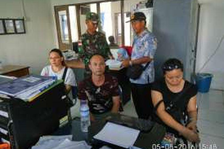Tiga warga Tiongkok yang masuk ke Pulau Sebatik secara ilegal diserahkan ke Imigrasi Nunukan, Jumat (5/8/2016).