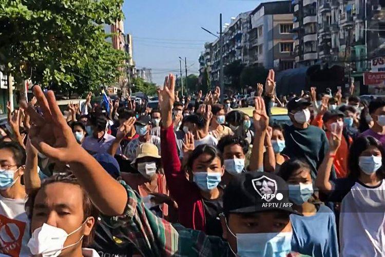 Tangkap layar dari rekaman video AFPTV yang diambil pada Minggu (2/5/2021) ini menunjukkan pengunjuk rasa melakukan penghormatan tiga jari saat mereka mengambil bagian dalam flash mob, sebagai bagian dari demonstrasi menentang kudeta militer pada Hari Revolusi Musim Semi Myanmar Global di Yangon.