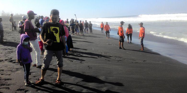 Sebanyak 108 anak penyu atau disebut juga sebagai tukik, dilepasliar ke laut oleh  kelompok konservasi Penyu Abadi Pantai Trisik, Kulon Progo, DI Yogyakarta.