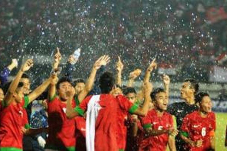 Seluruh pemain Timnas Indonesia U-19 melakukan selebrasi usai mengalahkan Timnas Vietnam, pada Pertandingan Final AFF Youth Championship U-19 di Gelora Delta Sidoarjo, Minggu (22/9/2013).