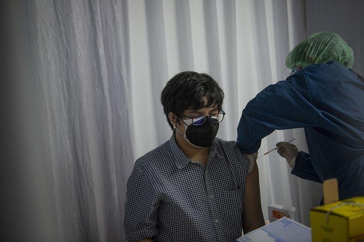 Petugas menyuntikkan vaksin COVID-19 kepada seorang remaja di Jakarta, Kamis (15/7/2021). Pemerintah menargetkan dapat melaksanakan vaksinasi COVID-19 terhadap 26,7 juta anak-anak dan remaja, sementara hingga Selasa (13/7) vaksinasi untuk anak-anak dan remaja telah dilakukan kepada 145 ribu orang untuk dosis pertama dan 14 ribu orang untuk dosis kedua. ANTARA FOTO/Aditya Pradana Putra/hp.