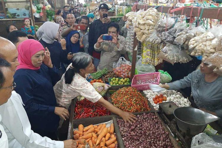 Gubernur Khofifah pantau harga bahan pokok di Pasar Tambakrejo Surabaya, Selasa (24/12/2019).