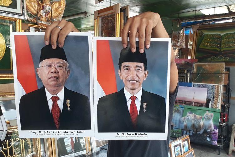 Foto Presidendan Wakil Presiden Republik Indonesia periode2019-2024, Joko Widodo atau Jokowi dan Maruf Amin yang dijual di pasaran. Salah satunya yang dijual di Pasar Jatinegara, Jakarta Timur, Kamis (17/10/2019).