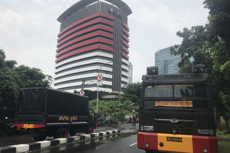 Gedung Komisi Pemberantasan Korupsi (KPK) dijaga ketat aparat kepolisian dari Polres Jakarta Selatan, Senin (31/5/2021) siang.