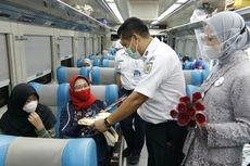 Petugas Perempuan KAI Peringati Hari Kartini, Pakai Kebaya hingga Bagi Bunga ke Penumpang