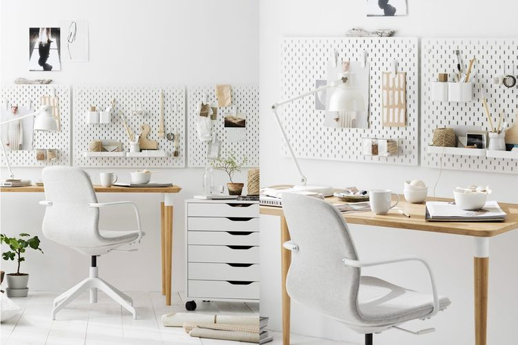 Memadukan warna putih dan elemen kayu dalam home office