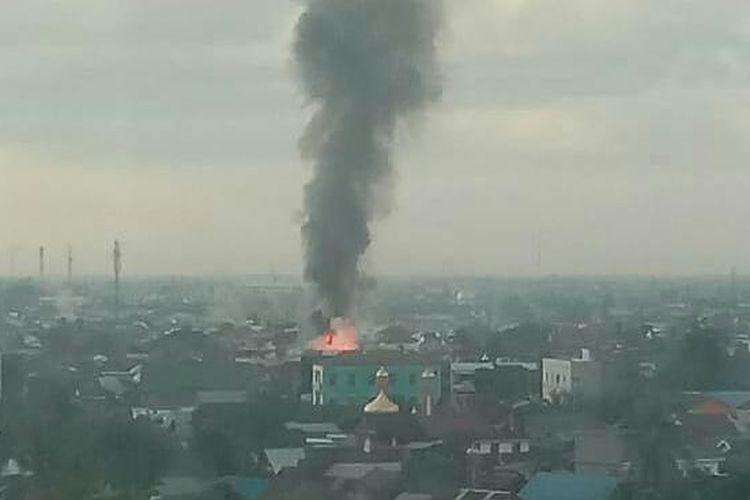 Asap tebal yang membumbung tinggi dari kebakaran yang menghanguskan 7 rumah di Banjarmasin, Kalsel, (24/2/2020).