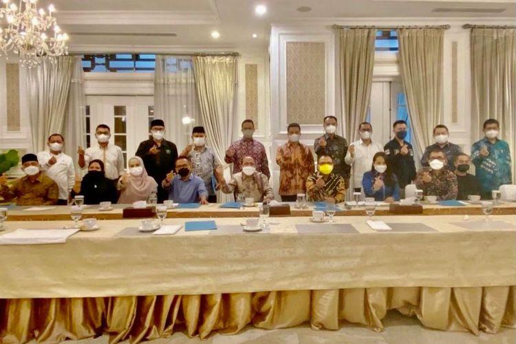 Gubernur DKI Jakarta (lima dari kiri berdiri) bersama para pimpinan tujuh fraksi DPRD DKI Jakarta di Rumah Dinas Gubernur DKI Jakarta Jalan Taman Suropati Menteng Jakarta Pusat, Kamis (26/8/2021) malam